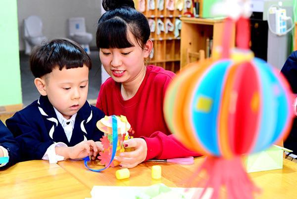 """幼儿园手工作业评比:自制不敌网购,孩子""""受伤""""、家长苦恼"""