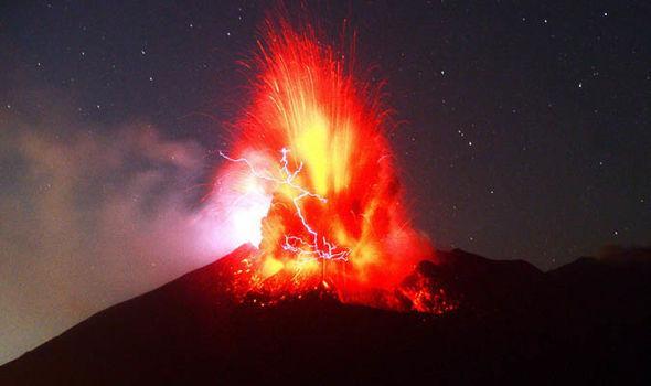 壮观!日本樱岛火山喷发 浓烟滚滚火光冲天