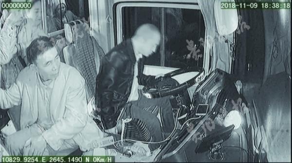 公交司机突发脑梗奋力踩刹车,将载34名乘客的车停稳后去世