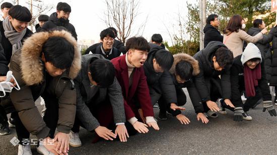 """韩国今日高考:后辈跪地磕头高喊""""学长不复读"""""""