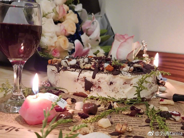 刘涛晒兔耳朵搞怪自拍 自制蛋糕为剧组同事庆生