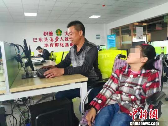 """湖北巴东:父亲带脑瘫女儿创业 称要""""为女儿拼一把"""""""