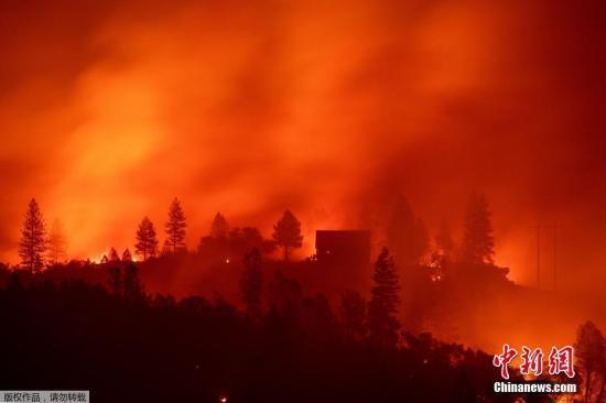 """驱车穿过""""山火地狱"""" 加州夫妇携4儿大火中逃生"""