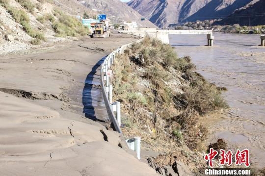 驻藏武警某部交通三支队清通318国道芒康县受阻路段