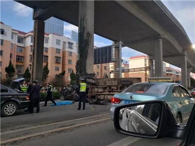 揪心!刚刚,金星立交货车翻压小轿车 有人员伤亡