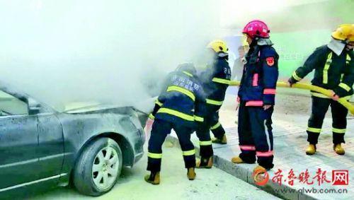 轿车起火 消防急救