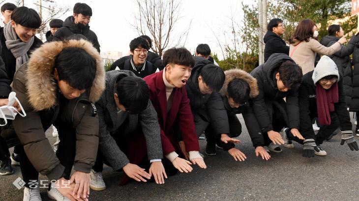 """韩国今日高考:后辈跪地磕头 高喊""""学长不复读""""!"""