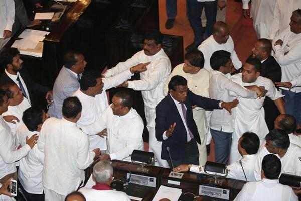 斯里兰卡政治危机升级 议员在议会扭打乱成一团