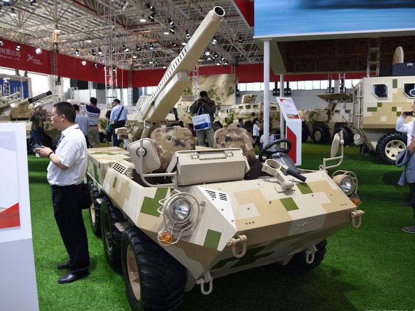 最新国产坦克亮相:自动挡方向盘驾驶竟还有倒车摄像头