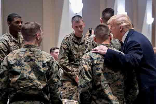 特朗普偕夫人造访海军陆战队 与士兵勾肩热聊