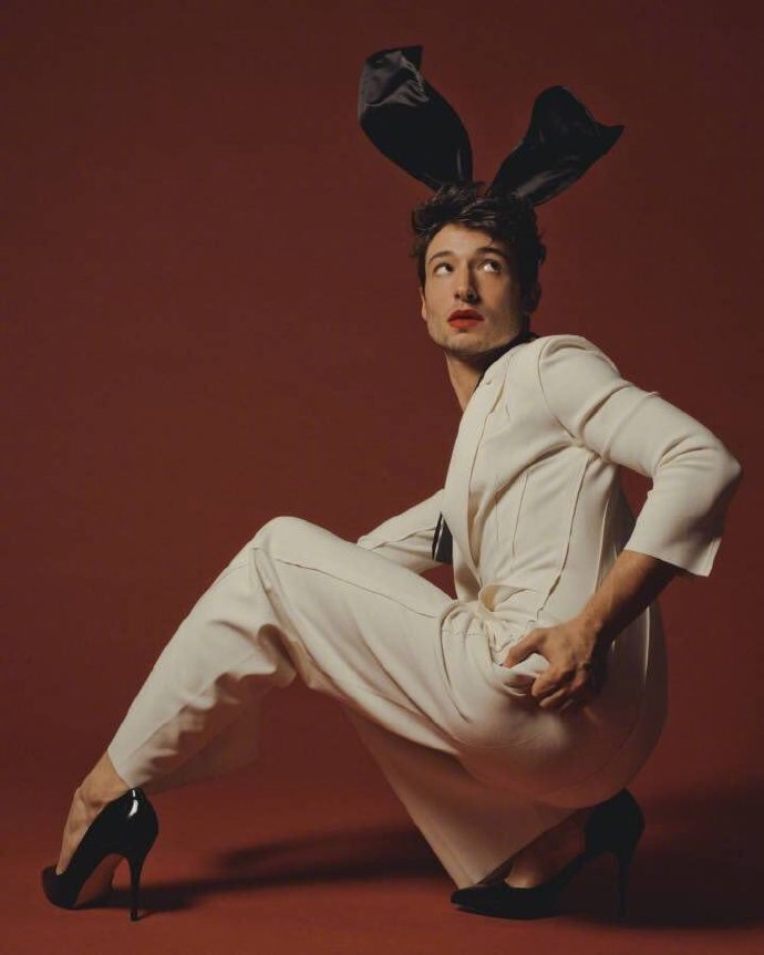闪电侠Ezra Miller最新写真释出 绝世兔男郎上线 翘屁嫩男