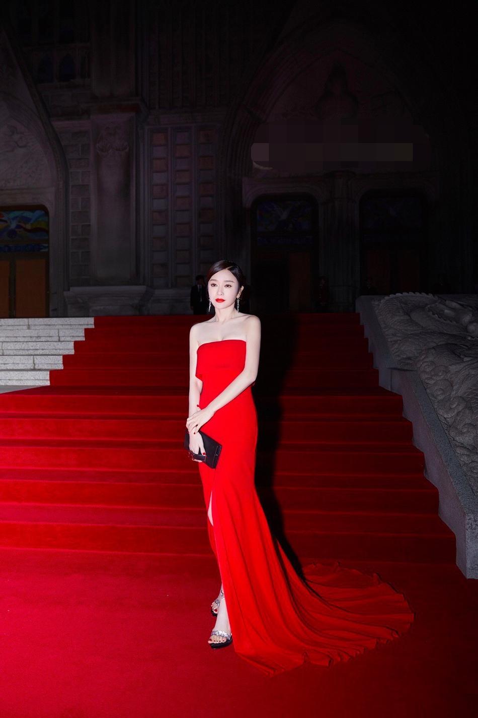 秦岚盛装亮相韩国某活动 红裙妩媚黑裙端庄