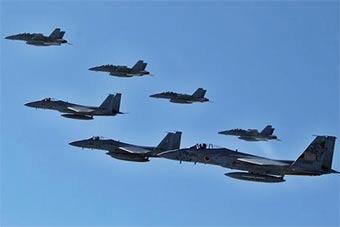 日本F15J战斗机和美最强电子战机联合训练