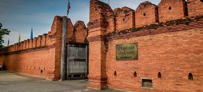 英国游客涂鸦清迈古城墙 最终被罚款20万泰铢
