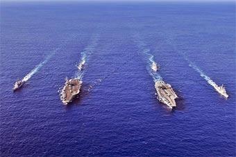 美军两支航母战斗群会师菲律宾海 自称联合训练