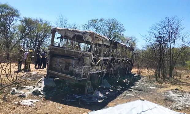 津巴布韦一辆公共汽车起火 至少42人死亡