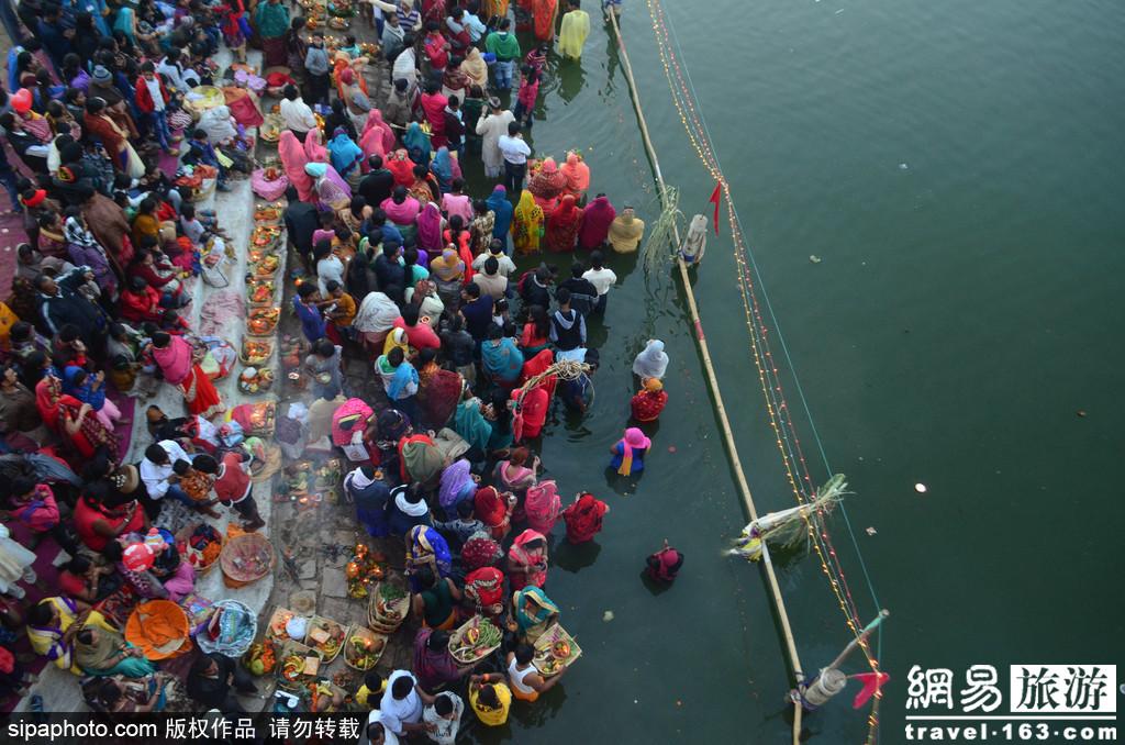 场面壮观!万人聚集印度河边向太阳神致敬