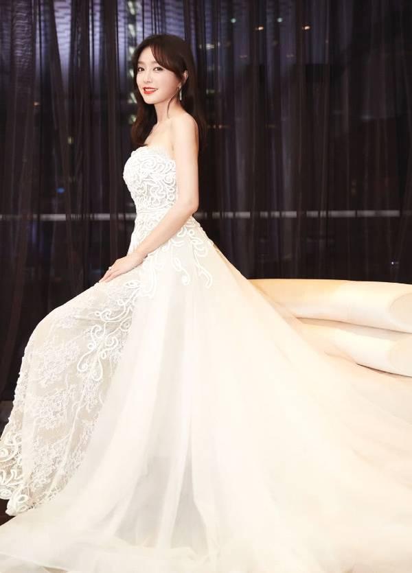 秦岚穿抹胸裙美成画中人,网友:你就是我们心中的白月光