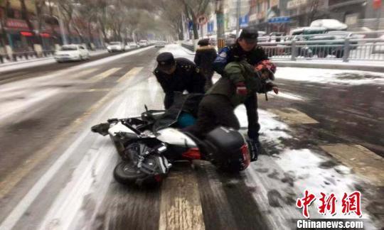 青海省出现大范围降雪 致多条高速封闭