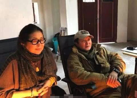 59岁倪萍和丈夫罕见同框,夫妻二人低调秀恩爱,夫妻生活非常恩爱