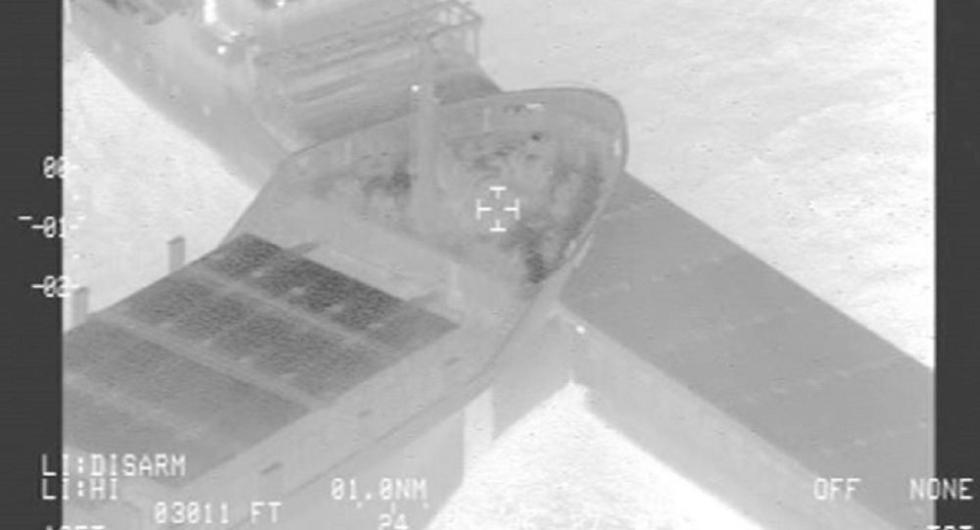 两艘货船在德国附近海域相撞 一艘穿孔进水(动图)