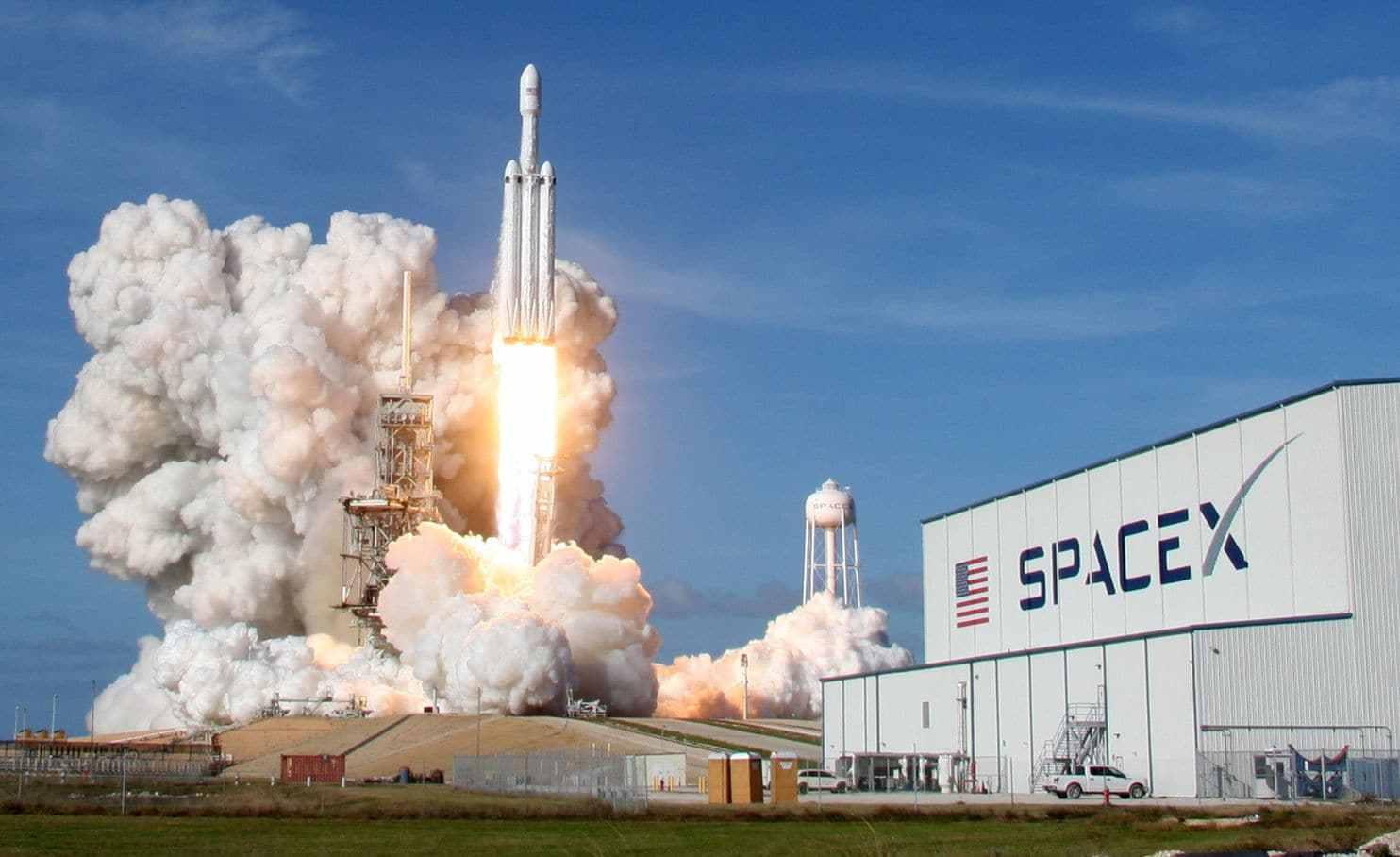 马斯克太空网计划扩大 FCC已允许1.2万颗卫星入轨