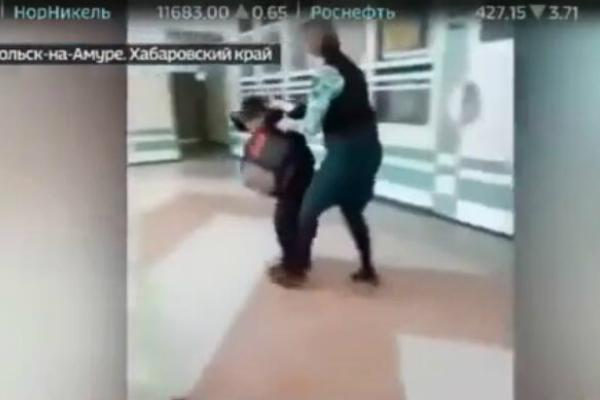 俄女教师殴打儿童 专家称或因压力大情绪失控