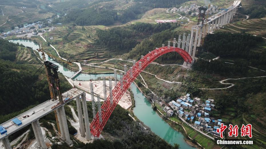 世界最大跨径上承式钢管混凝土拱桥立柱安装完成