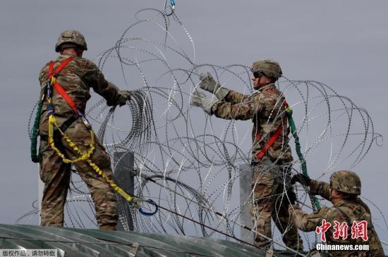 """美墨边境部分大篷车移民开始""""闯关"""" 十多人被捕"""