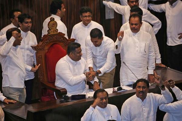 斯里兰卡议会再次通过政府不信任案 现场陷入混乱