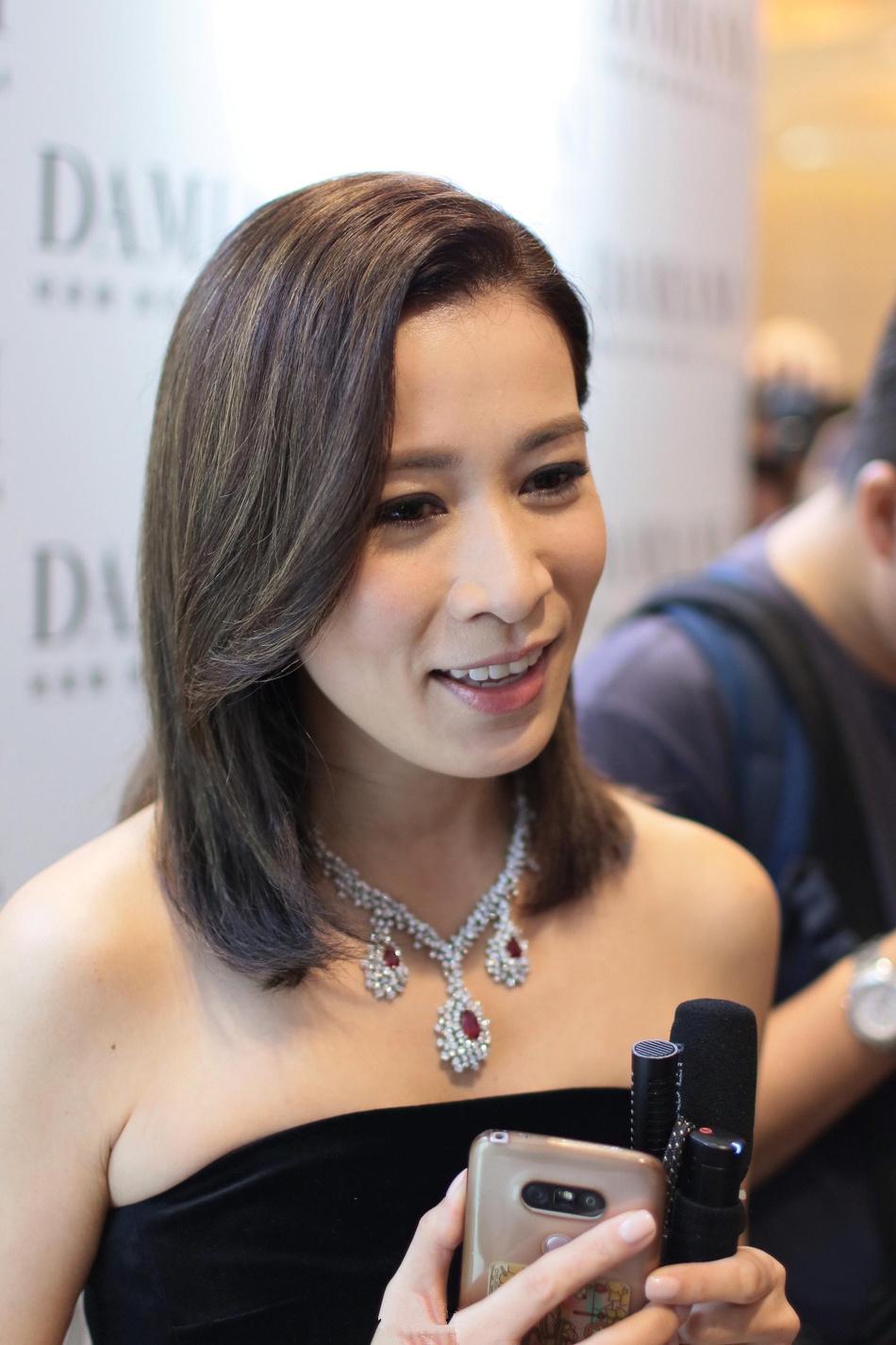 43岁佘诗曼秀香肩优雅迷人