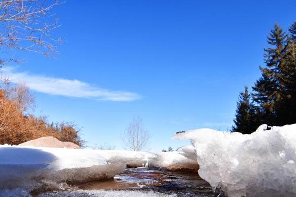 祁连山下冰河冰瀑涌现 阳光下晶莹璀璨