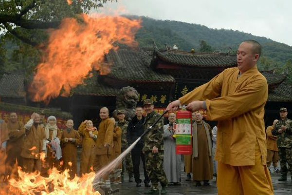 四川30余名僧众峨眉山下比拼消防技能