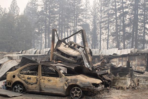 惨状!美国加州大火烧毁房屋和汽车