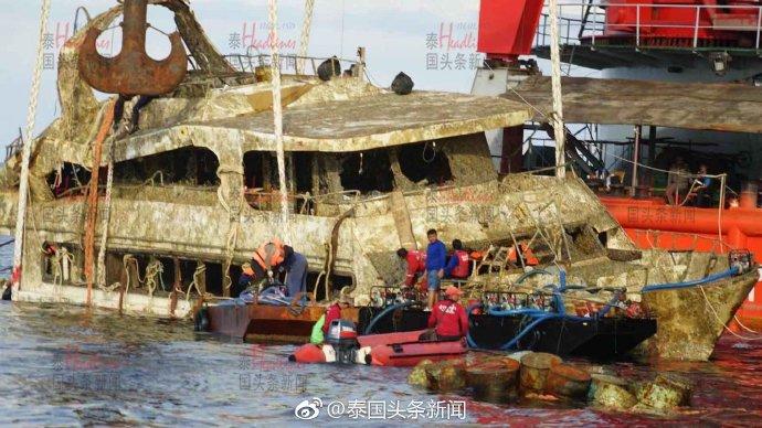 """4个月后,致47名中国游客遇难""""凤凰号""""沉船打捞出水"""