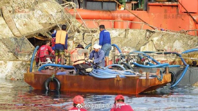 """致47名中国游客遇难""""凤凰号""""沉船打捞出水"""