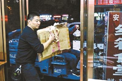 """杭州街头现深夜暖心""""纸箱食堂"""""""