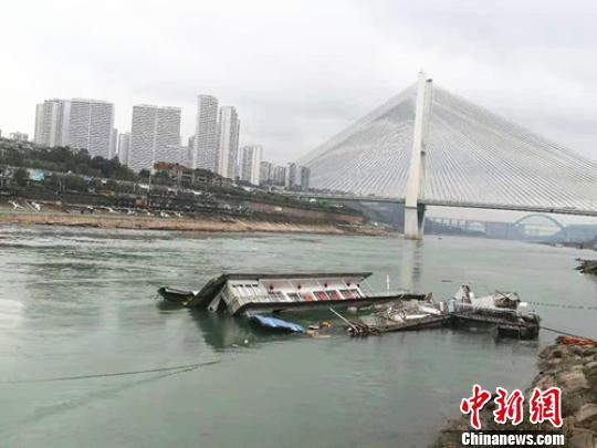 四川宜宾金沙江一停业弃用餐饮趸船翻沉 未造成人员伤亡