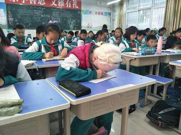 """暖心!她先天弱视却看得更清!成绩名列前茅 全班师生都是她的""""眼睛"""""""