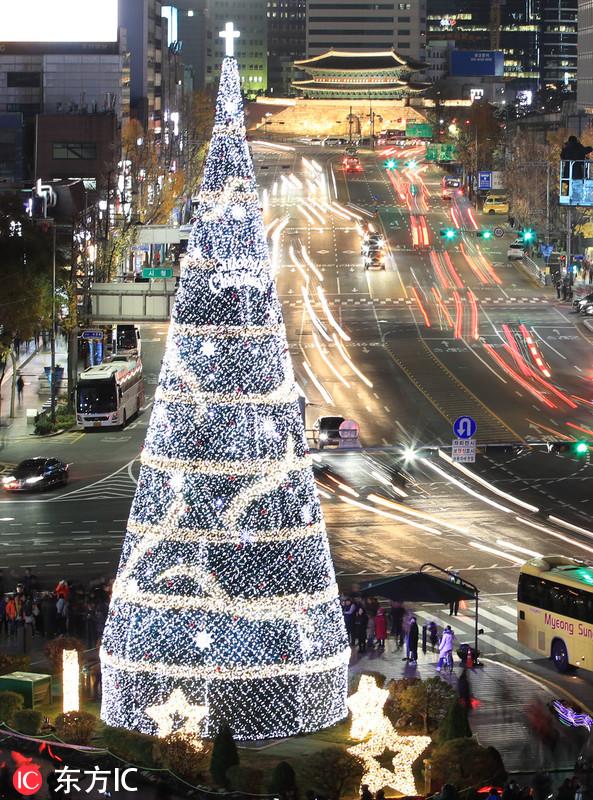 韩国首尔举行圣诞树点灯仪式 35米高巨型圣诞树绚丽夺目