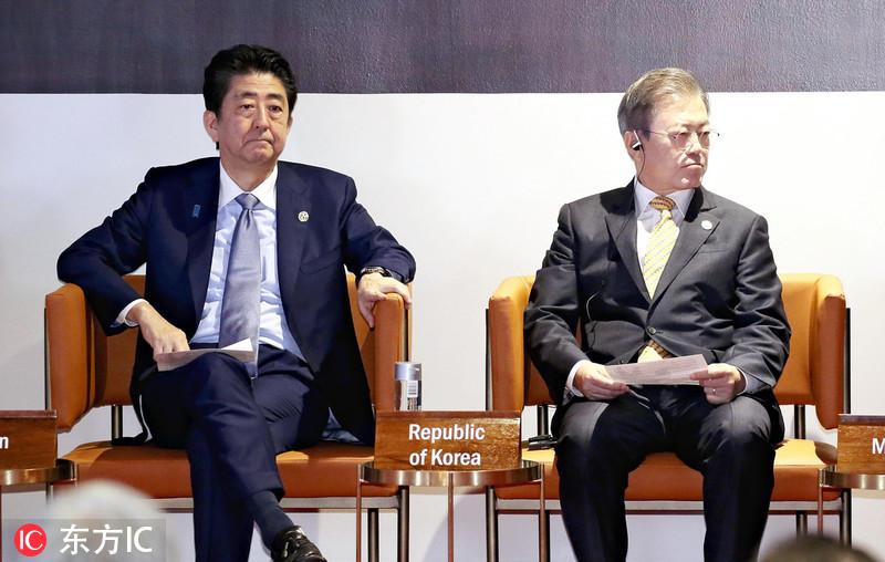 2018年APEC峰会:安倍与文在寅比邻而坐两不相看略尴尬