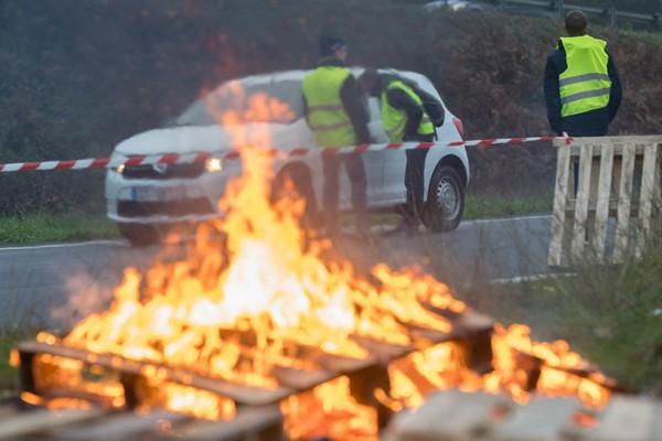 法国28万人示威反对油价上涨 逾200人受伤