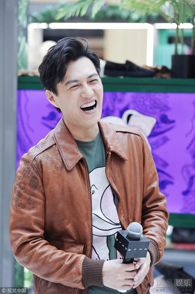 靳东穿皮夹克展熟男魅力 笑到停不下来