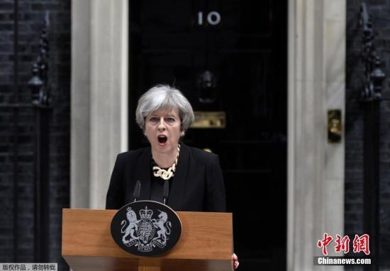 """英保守党内欲对首相""""逼宫"""" 选民仍希望首相连任"""