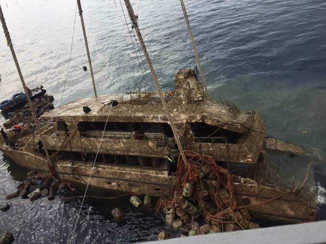 普吉沉船今日出水 运往船坞由专家对船体进行检查