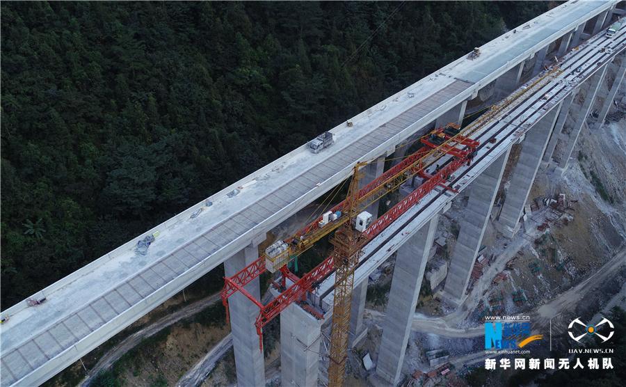 航拍:大山里的高速公路正建设