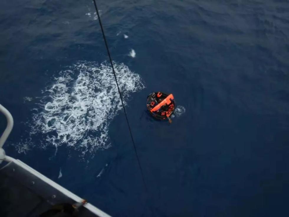紧急出动,11名沉没货船落水船员获救
