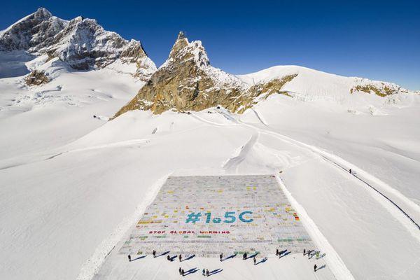 """瑞士""""少女峰""""现世界最大明信片 10万余张卡片拼成"""