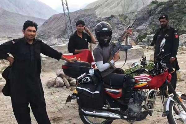小伙骑摩托车走玄奘之路 警察送AK防身