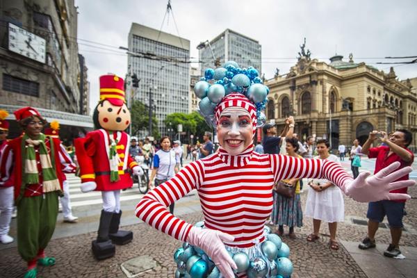 今年的圣诞游行有点早?巴西市民cos圣诞装狂欢不止